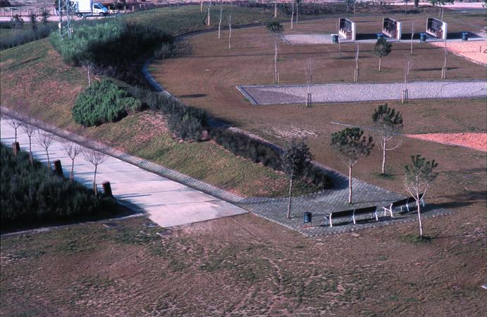 foto d'en pau guerrero del projecte d'espai public parc dels pinetons a ripollet d'isidre santacreu arquitecte